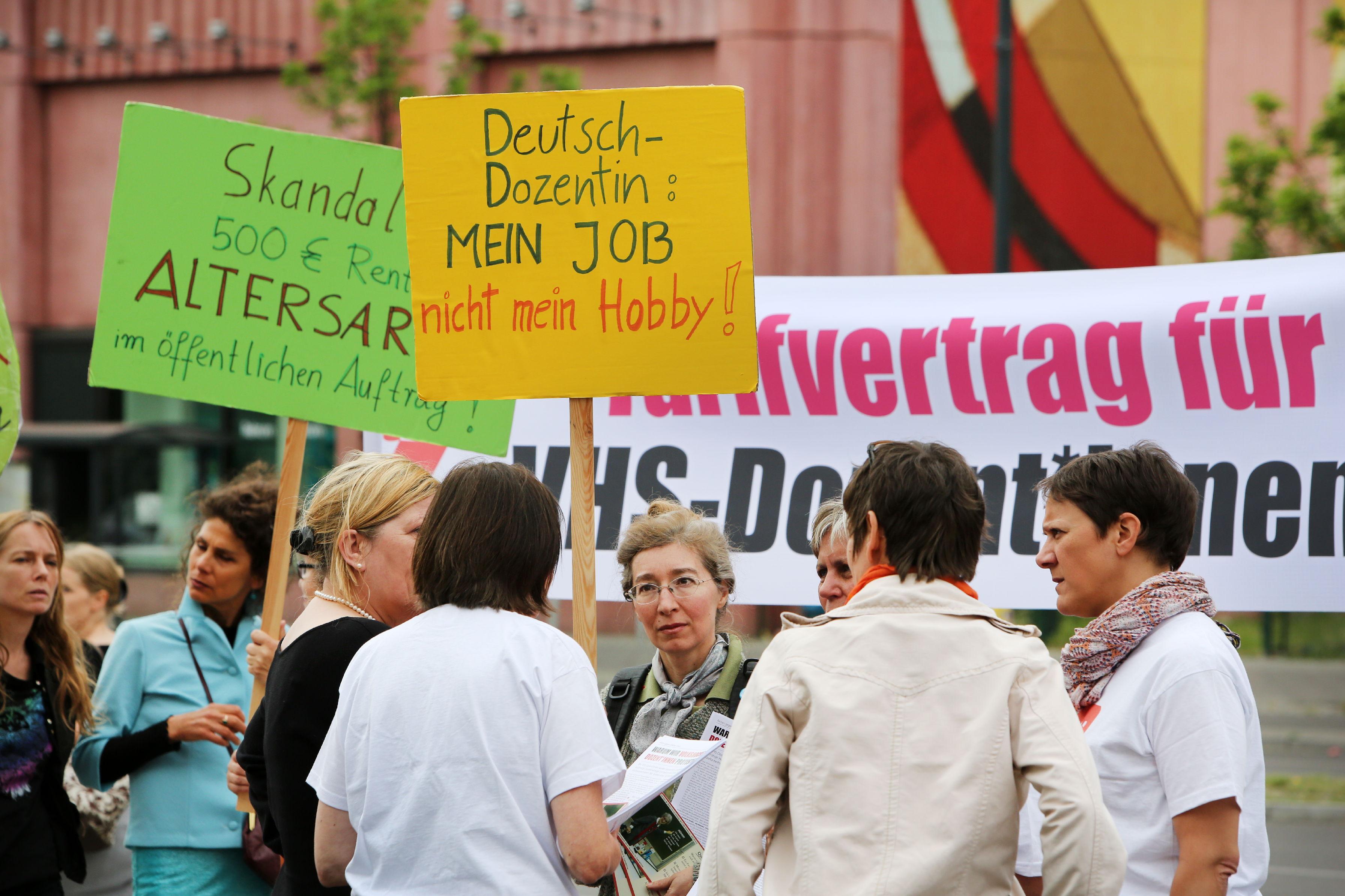 Berlin, 09.06.2016 VHS Dozenten und Dozentinnen demonstrieren vor dem Tagungsort des Deutschen Volkshochschultages (BCC am Alexanderplatz) für eine angemessene Bezahlung und soziale Absicherung. Die Protestaktion wurde von ver.di und GEW organisiert. C o p y r i g h t : C h r i s t i a n v. P o l e n t z / t r a n s i t f o t o . d e T o r s t r a s s e 1 7 7 , 1 0 1 1 5 B e r l i n T e l : 0 3 0 - 6 9 0 4 1 9 7 0 , F a x : 0 3 0 - 6 9 0 4 1 9 7 2 F u n k - T e l : 0 1 7 1 -8 3 4 8 9 3 9 V e r ö f f e n t l i c h u n g n u r g e g e n H o n o r a r ( + 7 % M W S T ) z u d e n a k t u e l l e n K o n d i t i o n e n d e r M F M e r l a u b t. B i t t e s c h i c k e n S i e u n s e i n B e l e g e x e m p l a r z